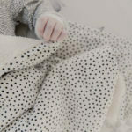 Mies & Co soft teddy blanket big Cozy Dots offwhite zacht wit teddy ledikant lakentje met zwarte stippen