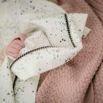 Mies & Co baby lifestyle Soft knitted blanket baby crib pale pink deken gebreid roze wieg